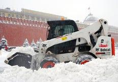 Snow-täckt rött för Snowblower kvadrerar frikänder Arkivfoto