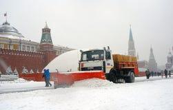 Snow-täckt rött för Snowblower kvadrerar frikänder Arkivbild