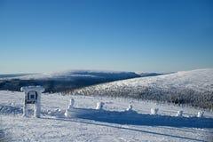 Överträffa av kullen salen in skidar semesterorten Arkivfoto