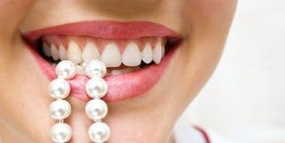 Snow-white Perlen der Zähne Lizenzfreies Stockfoto