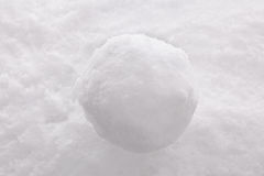 Snowball на предпосылке снежка. Стоковое фото RF