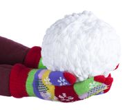 Snowball de blanc filète dans des mains du ` s d'enfant, plaquées dans les gants colorés d'isolement sur le fond blanc, nouvelle  Image stock