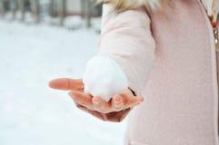 Snowball na Azjatyckiej dziewczyny ` s ręce Fotografia Stock