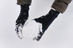 Snowball w kobiet rękach Zdjęcie Stock