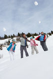 Snowballs de jogo da família nova em férias do inverno Imagem de Stock