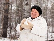 Snowballs sênior do jogo da mulher Fotografia de Stock