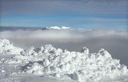 Nieve en la cumbre de la montaña Fotos de archivo libres de regalías
