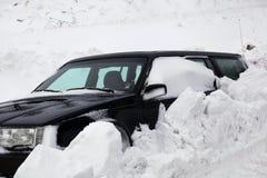 Snowbank stoppar bilen Arkivfoto