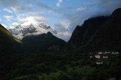 Snowberg en dorp Stock Foto