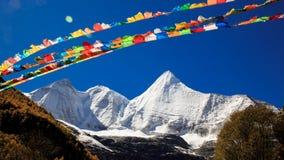 Snowberg och bönflaggor Arkivfoto