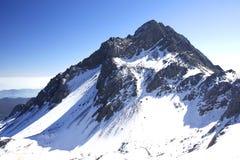 Snowberg under den blåa skyen Arkivbild
