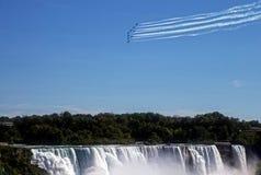 Snowbirds över Niagara Falls Fotografering för Bildbyråer