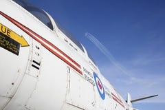 Snowbirds canadienses y un jet del RCAF Fotografía de archivo