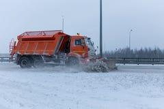Snowblower αφαιρεί τη διαδρομή Στοκ φωτογραφίες με δικαίωμα ελεύθερης χρήσης