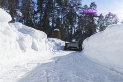 Snowblower στην εργασία για μια χειμερινή ημέρα Snowplow που αφαιρεί το χιόνι μετά από τη χιονοθύελλα Καθαρισμός του πάγου Μηχανή Στοκ φωτογραφία με δικαίωμα ελεύθερης χρήσης