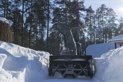 Snowblower στην εργασία για μια χειμερινή ημέρα Snowplow που αφαιρεί το χιόνι μετά από τη χιονοθύελλα Καθαρισμός του πάγου Μηχανή Στοκ Φωτογραφίες