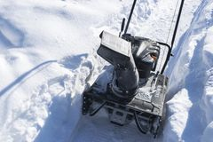 Snowblower στην εργασία για μια χειμερινή ημέρα Snowplow που αφαιρεί το χιόνι afterSnowblower στην εργασία για μια χειμερινή ημέρ Στοκ Φωτογραφίες