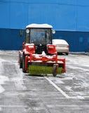Snowblower στο χώρο στάθμευσης Στοκ φωτογραφίες με δικαίωμα ελεύθερης χρήσης