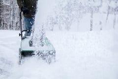 Snowblower i handling under en snöstorm i häftiga snöstormen arkivfoton