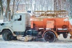 Snowblower i trafik på vägen Arkivfoto