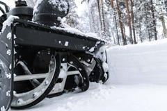 Snowblower przy pracą na zima dniu Usuwać śnieg po miecielicy opad śniegu Rozjaśniać lód Śnieżna dmuchawa jest rozjaśniać podjazd fotografia stock