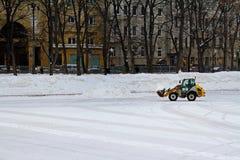 Snowblower usuwa śnieg od lodowiska przy Patriarszymi ` s stawami w Moskwa Obrazy Royalty Free