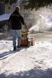Snowblowing die Fahrstraße lizenzfreie stockfotografie