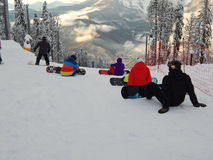 Snowboadrers που προετοιμάζεται για έναν γύρο Χιονοδρομικό κέντρο Gornaya karusel, 1500 μέτρα, Krasnaya Polyana, Sochi, Ρωσία Τον Στοκ Εικόνες