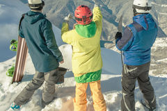 snowboard лыжи Женщина и человек спорта в снежных горах Стоковая Фотография