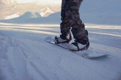 Snowboard abajo de la colina Fotografía de archivo libre de regalías