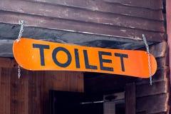 Snowboard anaranjada con un retrete de la inscripción bajo la forma de sig fotos de archivo libres de regalías