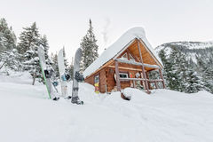 Snowboard bij huischalets in de winterbos met sneeuw in mountai Stock Foto's