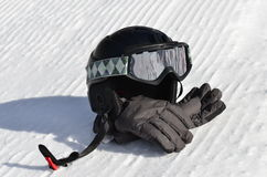 Snowboard/casco, anteojos y guantes del esquí Imagenes de archivo