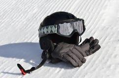 Snowboard/casco, occhiali di protezione e guanti di corsa con gli sci Immagini Stock