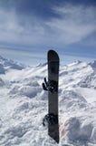 Snowboard contra las montañas del hight fotos de archivo