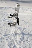Snowboard dans la neige Photographie stock libre de droits