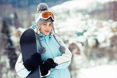 Snowboard de fixation de fille Photographie stock