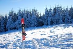 Snowboard in de sneeuw royalty-vrije stock afbeeldingen