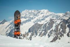 Snowboard de Splitboard que se coloca en la nieve alpina de la montaña fotos de archivo