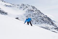 Snowboard del hombre en Ski Holiday In Mountains Foto de archivo