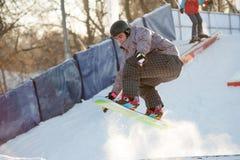 Snowboard del montar a caballo en el parque de Gorki Foto de archivo libre de regalías