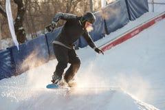Snowboard del montar a caballo en el parque de Gorki Imágenes de archivo libres de regalías
