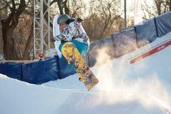 Snowboard del montar a caballo en el parque de Gorki Foto de archivo