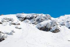 Snowboard dello sci e piste di valanghe fotografia stock