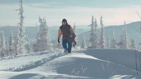 Snowboard di trasporto dell'uomo video d archivio
