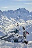 Snowboard dois que está ereto na neve entre montanhas no fundo Foto de Stock