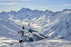 Snowboard dois que está ereto na neve entre montanhas no fundo Imagem de Stock