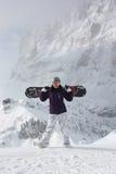 Snowboard dziewczyna Młoda kobieta bierze jej snowboard Zdjęcia Royalty Free