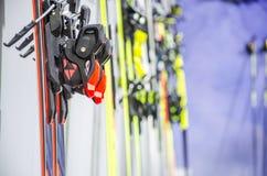 Snowboard e pali immagine stock libera da diritti