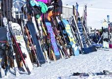 snowboard e sci che pendono contro il ristorante doposci in alpi francesi Fotografia Stock